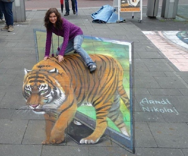 beautiful-woman-on-street-art