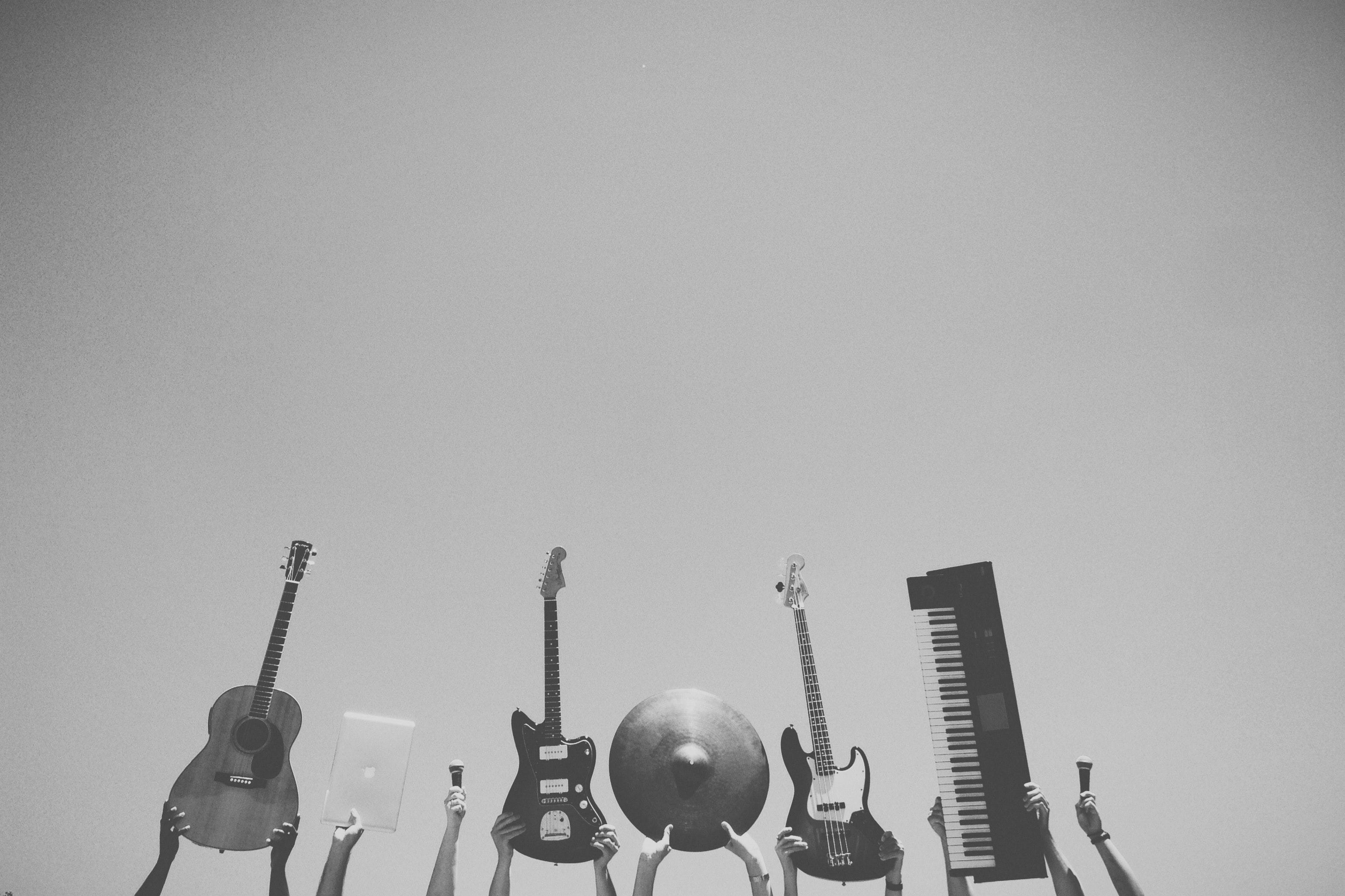 musicwebsiteblackandwhiteinstruments